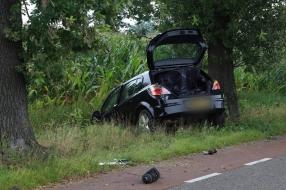 Auto schampt andere wagen en belandt in sloot
