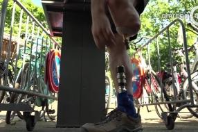 Barry loopt de Vierdaagse met een prothese