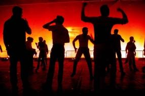 Coronanieuws: jongeren trekken zich niets aan van de coronaregels en bouwen een feestje in Boekel
