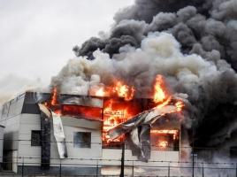 Grote brand verwoest bouwbedrijf in Venhorst, brandweer massaal aanwezig